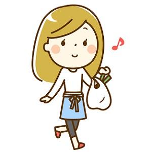 スーパーで楽しくお買い物する主婦